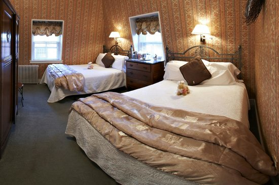 Pilgrim House Inn: Room With Two Queen Beds