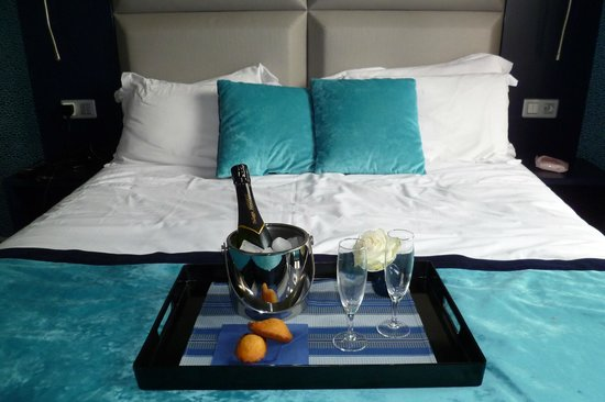 BEST WESTERN Prince Montmartre : Champagne in the room