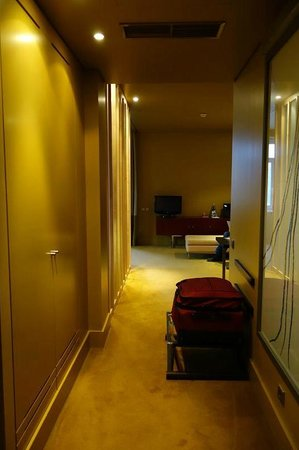 Pestana Palacio do Freixo: Hall - ample storage