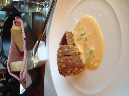 Kauai Grill: Macnut-crusted tuna is an old standby