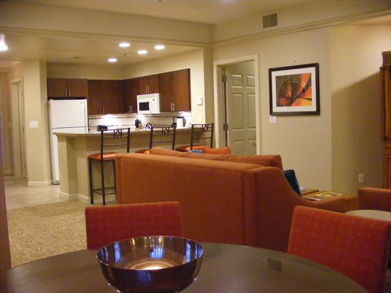Marriott's Desert Springs Villas II : Dining room view of the living room and kitchen