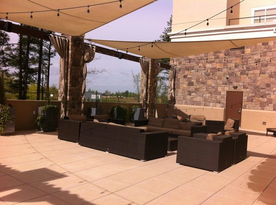 Embassy Suites by Hilton Raleigh - Durham Airport/Brier Creek: Très agréable terrasse.