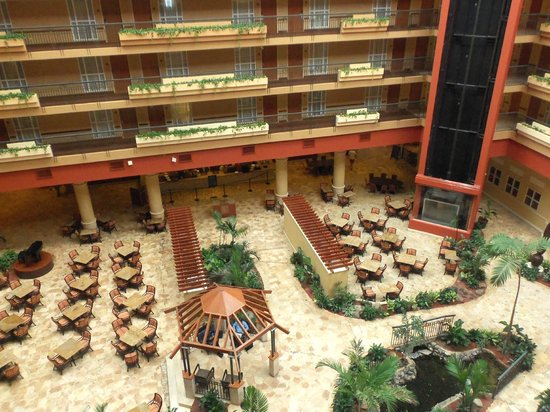 Embassy Suites by Hilton San Juan Hotel & Casino : Lobby and meal area
