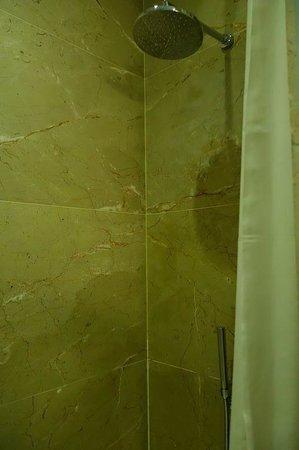 Bairro Alto Hotel: shower - clingy curtain, narrow tub!