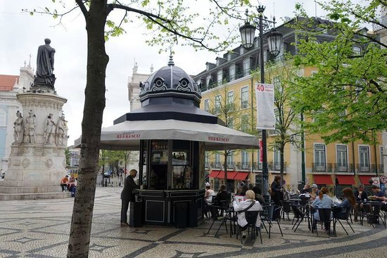 Bairro Alto Hotel: kiosk (cafe / bar) on square, hotel is the yellow building behind