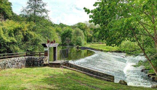 Le moulin de la Tardoire : Weir next to the restaurant