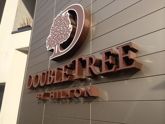 DoubleTree by Hilton Hotel London - Victoria : hotel sign