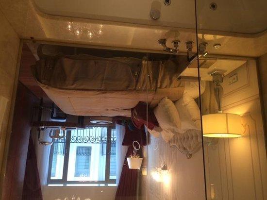 CVK Park Bosphorus Hotel Istanbul: room through bathtub wall