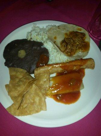 Pueblo Maya : Comida tradicional. Bem saborosa! Esse negócio escuro com um ponto claro no meio é tipo um purê