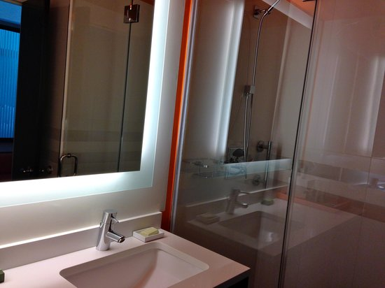 Courtyard by Marriott New York Manhattan/Central Park : well designed bathroom