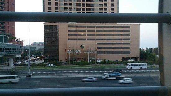 Gloria Hotel: Вид на отель из метро