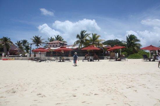 Frangipani Beach Resort: straw hat to eat   resort to the left