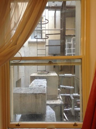 Royal Albion Hotel-Brighton : View from the window - the inner workings of the hotel, fags, bird poo and beer cans (rm 119)