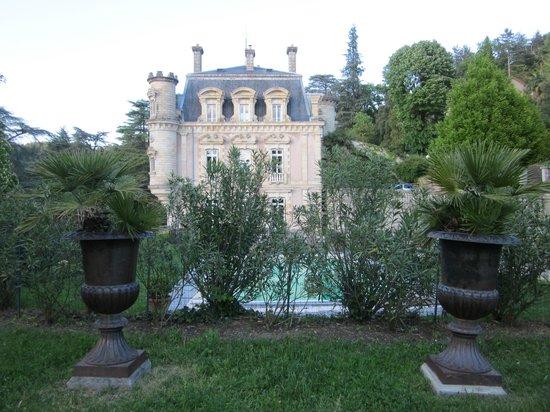 Chateau Clement: vue du château et dela piscine