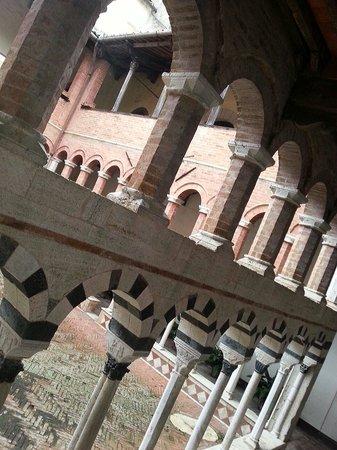 Chiostro dell'Abbazia di Santa Mustiola a Torri: L'interno con primo piano delle arcatelle