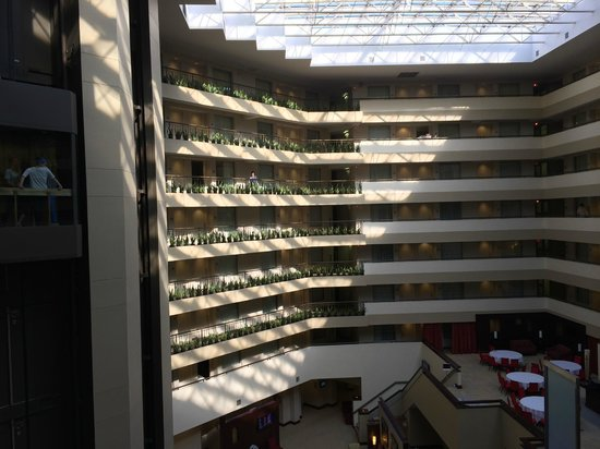 Embassy Suites by Hilton Detroit - Troy/Auburn Hills : morning sun brightens the hotel