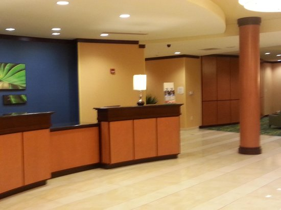 Fairfield Inn & Suites Lewisburg: Front desk