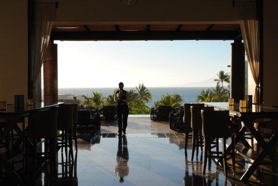 Secrets Vallarta Bay Resort & Spa: Lobby bar