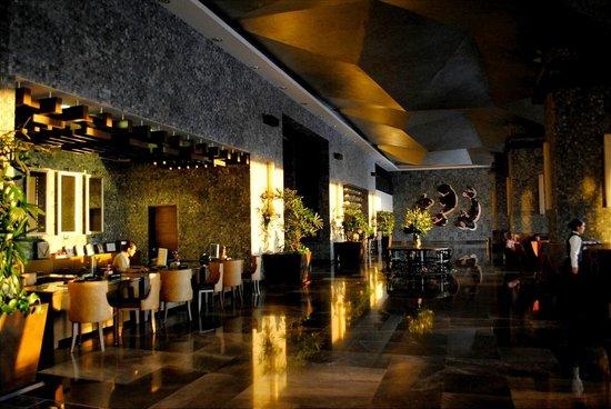 Secrets Vallarta Bay Resort & Spa: lobby area at sunset