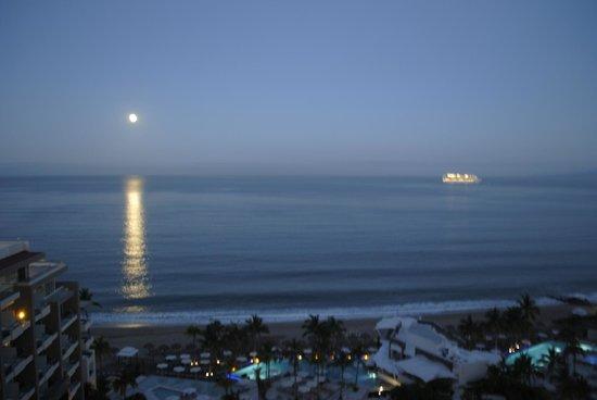 Secrets Vallarta Bay Resort & Spa: a stunning 'moon'set early in the morning