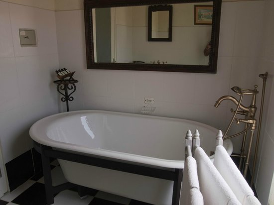 Cunucu Arubiano: Bathroom with bath