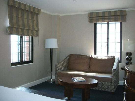 Hilton New York Grand Central: Living room with gorgeous original windows