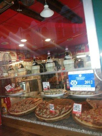 L' Angolo Della Pizza: Very delicious pizza Della mamma and excellent service thx George and Nicola