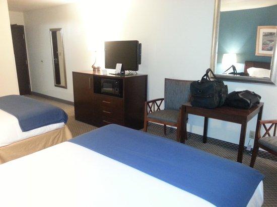Holiday Inn Express Pendleton : TV & desk