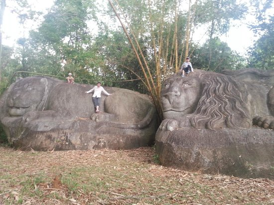 Madagui Forest Resort: Carved stones