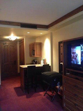 Tivoli Lodge: Vista interior de la habitación, área del Kitchen-aid - Hotel es cómodo y en un ambiente donde L