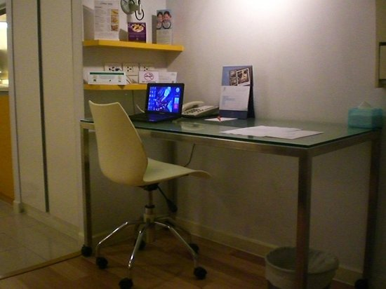 Citadines Sukhumvit 16 Bangkok: working desk