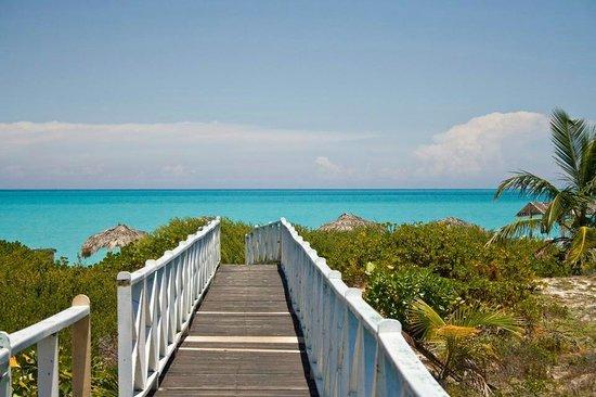 Sol Cayo Santa Maria: passerelle de la pizzeria menant a la plage, A gauche section naturiste