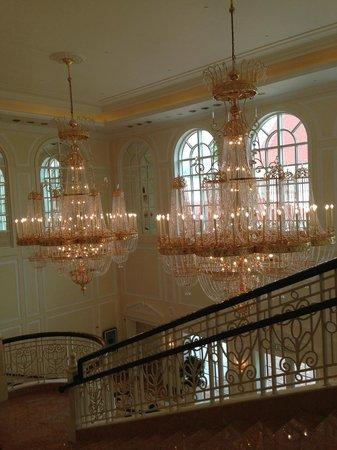 Hong Kong Disneyland Hotel : Chandleliers @ the lobby