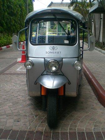 Somerset Lake Point Bangkok : free tuk-tuk service