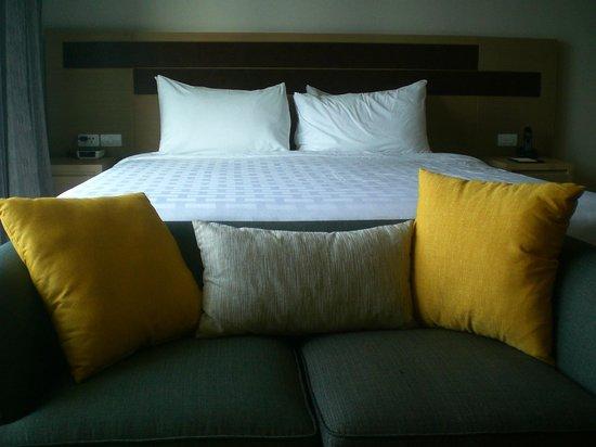 Somerset Lake Point Bangkok : bed and seating area