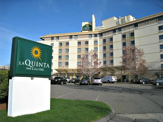 La Quinta Inn & Suites Boston Somerville : Parking & hotel entrance.