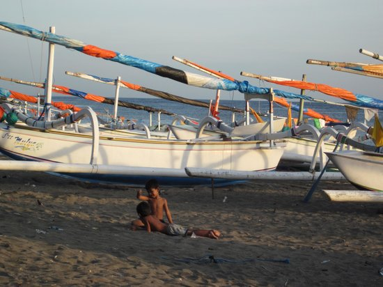 Palm Garden Amed Beach & Spa Resort: Fishing boats on the beach