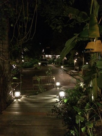 Le Bel Air Boutique Resort : Garden at night