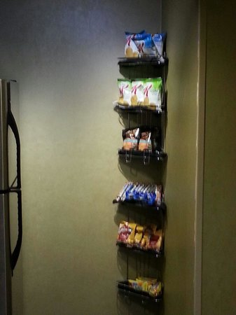 Crowne Plaza Hotel Minneapolis - Airport West Bloomington: Complimentary Snack area in the hall. Great variety.
