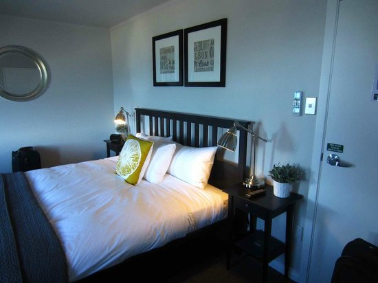 Lands End Boutique Hotel : Compact King bedroom