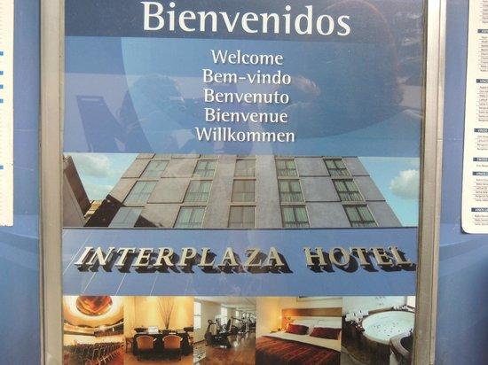 Interplaza Hotel: Placa em frente ao hotel