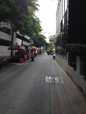 The Sukosol: ホテル向かって左側の小道(コインランドリーへの道)