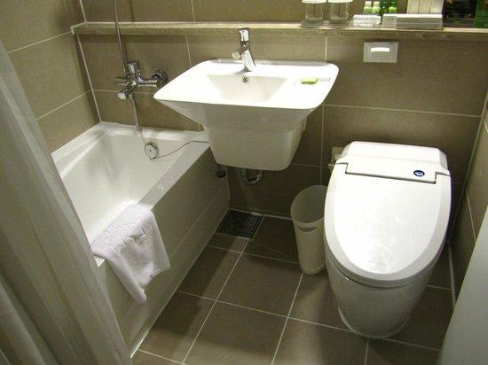 The Grand Hotel Myeongdong: Bathroom at king bed room