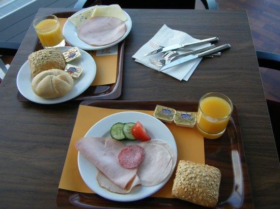 Holiday Inn Express Warsaw Airport: Breakfast