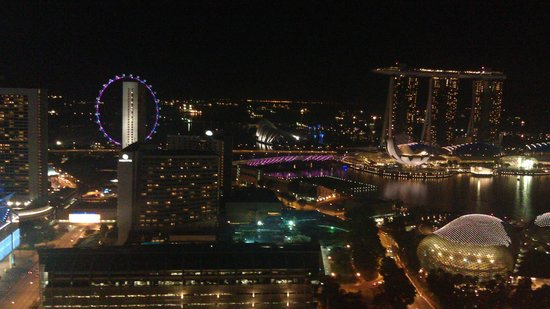 Swissotel The Stamford Singapore: Evening view from Room 4070