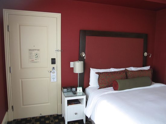 Hotel Shattuck Plaza: Vibrant colors in the bedroom