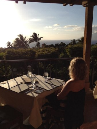 The Restaurant at Hotel Wailea: Watching a pod of whales.
