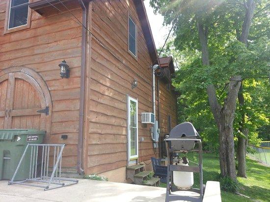 The Getaway Inn at Cooper's Woods: Side of inn