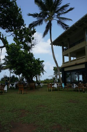 Heritance Ahungalla: breakfast (you have a Air con option indoors but the weather is great!)