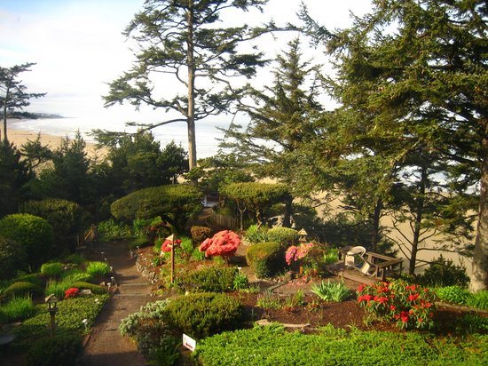 Ocean House Bed and Breakfast: Beautiful landscaping...view from room!